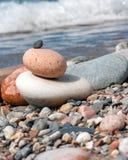Rocce impilate sulla spiaggia pietrosa fotografie stock