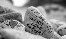 Rocce ispiratrici sulla spiaggia Immagini Stock