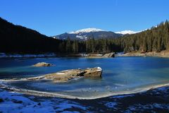 Rocce in lago congelato Cauma Fotografia Stock Libera da Diritti
