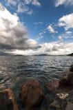Rocce lungo la riva del lago Fotografia Stock