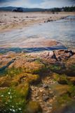 Rocce lungo la riva del lago Immagine Stock