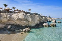 Rocce, mare e cielo blu fotografie stock libere da diritti