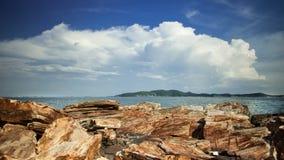 Rocce, mare e cielo blu fotografia stock
