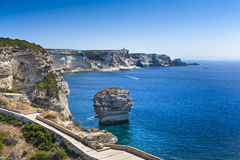 Rocce, mare e costa di Bonifacio, Corsica fotografie stock libere da diritti