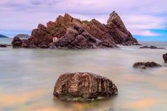 Rocce & mare in una spiaggia spagnola immagini stock libere da diritti