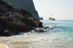 Rocce naturali e navigazione della nave passeggeri sul mar Mediterraneo, Alanya Immagini Stock Libere da Diritti