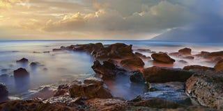 Rocce nebbiose del mare con foschia Fotografia Stock