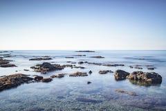 Rocce nel mare, alta chiave di esposizione lunga Castiglioncello, Tusca Fotografia Stock
