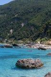 Rocce nelle acque blu del mare ionico, vicino al villaggio di Agios Nikitas fotografia stock