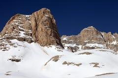 Rocce in neve e chiaro cielo blu Immagini Stock Libere da Diritti