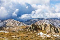 Rocce, picchi di montagna e belle nuvole delle alpi australiane Immagini Stock