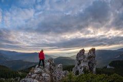 rocce rampicanti dell'alta montagna della viandante Fotografia Stock