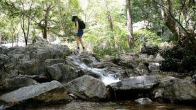Rocce rampicanti della donna di viaggio alla cascata archivi video