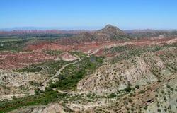 Rocce rosse e valle verde della montagna degli alberi Fotografie Stock