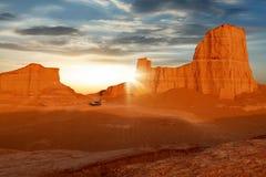 Rocce rosse nel deserto contro un bello cielo con le nuvole all'alba l'iran Immagine Stock