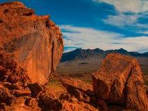 Rocce rosse sotto un cielo blu Fotografia Stock
