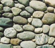 Rocce rotonde incastonate nel calcestruzzo fotografie stock libere da diritti