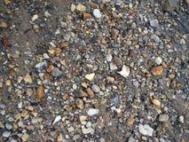 Rocce, sabbia e sporcizia bagnate Immagine Stock