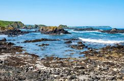 Rocce, scogliere e costa atlantica Ballintoy, Irlanda del Nord, U Fotografie Stock Libere da Diritti