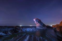 Rocce sotto il cielo notturno Fotografie Stock Libere da Diritti