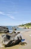 Rocce sparse sulla spiaggia Fotografia Stock Libera da Diritti