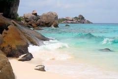 Rocce, spiaggia ed acqua, vista dall'isola di Similan Immagini Stock Libere da Diritti