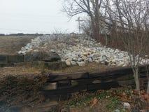Rocce sul pendio di collina accanto ai binari ferroviari a Williamsport Indiana fotografie stock libere da diritti