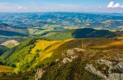 Rocce sul pendio di collina dell'alta montagna Fotografia Stock