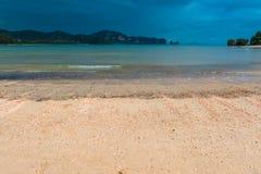 rocce sull'orizzonte nel mare, bello paesaggio Fotografia Stock