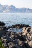 Rocce sulla costa del mare ionico in Giardini Naxos fotografia stock libera da diritti