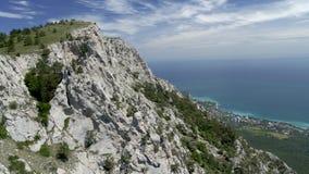 Rocce sulla costa di mare archivi video