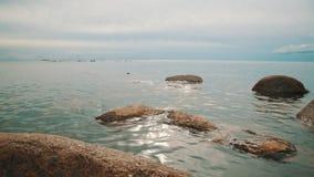 Rocce sulla costa di mare video d archivio