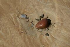 Rocce sulla spiaggia sabbiosa Fotografia Stock