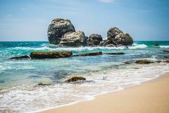 Rocce sulla spiaggia sabbiosa nello Sri Lanka Immagine Stock Libera da Diritti