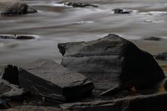 Rocce sulla sponda del fiume immagine stock libera da diritti