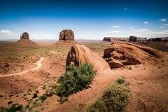 Rocce in valle del monumento e della priorità alta nel fondo Fotografia Stock