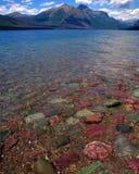 Rocce variopinte del lago Fotografie Stock