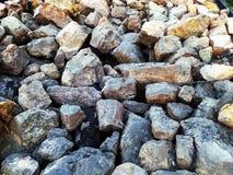 Rocce variopinte lungo il litorale Fotografia Stock Libera da Diritti