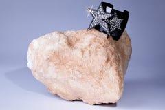 Roccia affascinante Gioielli bling del braccialetto gemmata di scintillio su roccia 70 Immagine Stock Libera da Diritti