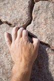 Roccia afferrante della mano dello scalatore Fotografia Stock Libera da Diritti