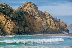 Roccia alla spiaggia di Pfeiffer, California Immagini Stock