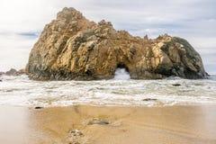 Roccia alla spiaggia di Pfeiffer, California Fotografia Stock Libera da Diritti