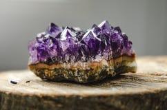 Roccia ametista cruda con la riflessione sul ametist di cristallo di legno naturale Fotografia Stock Libera da Diritti