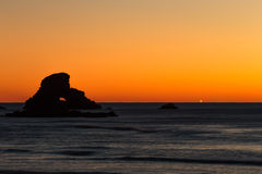 Roccia arancio del buco della serratura al tramonto Fotografia Stock