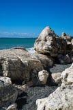 Roccia bianca sulla riva di mare sul Mar Nero L'Abkhazia georgia immagini stock