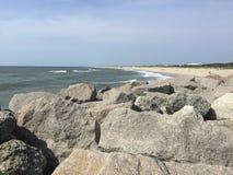Roccia bloccata da una spiaggia immagini stock