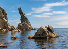 Roccia che attacca verticalmente dall'acqua Fotografia Stock
