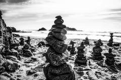 Roccia che equilibra alla spiaggia Fotografia Stock