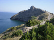 Roccia contro il mare blu scuro Fotografia Stock Libera da Diritti