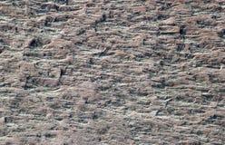 Roccia corrosa sulla banca di fiume fotografie stock